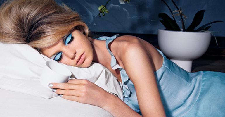 dormir maquiada faz mal
