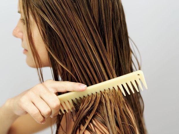 pentear o cabelo no chuveiro faz mal