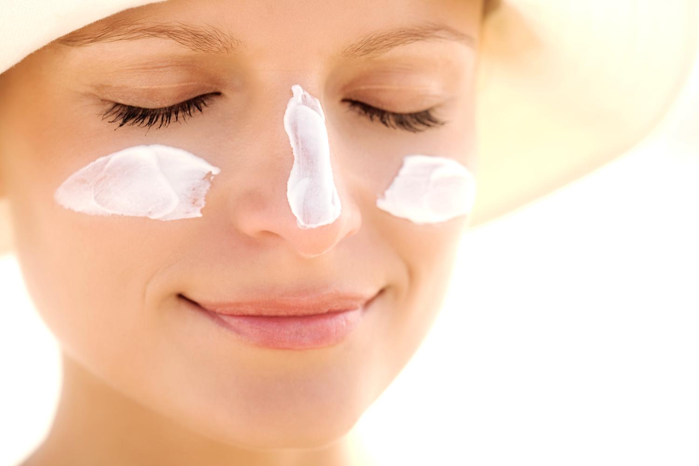 aplique protetor solar na pele