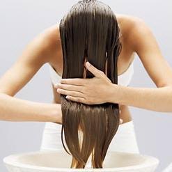 aplicando o condicionador no cabelo