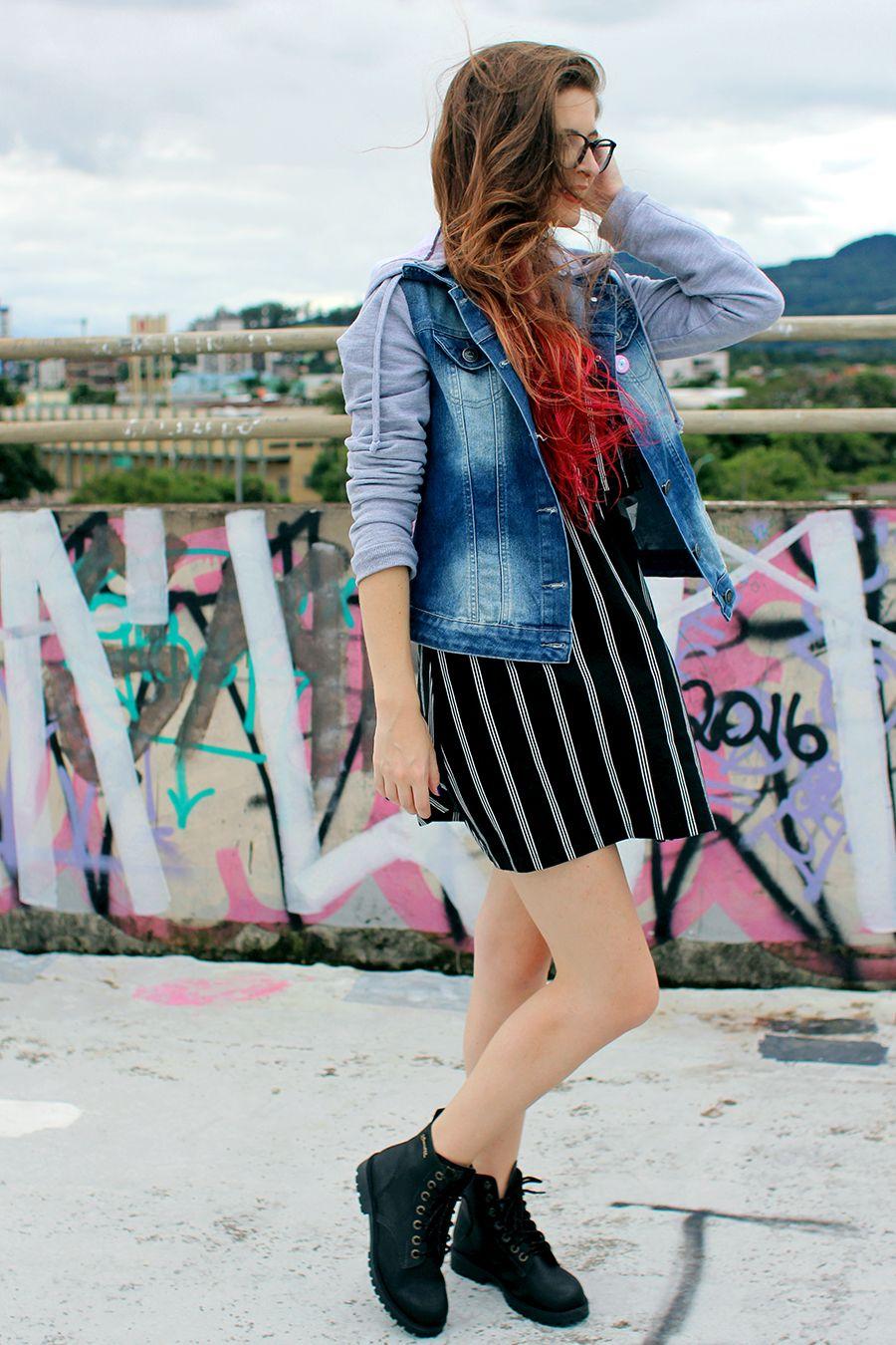 vestido listrado com jaqueta jeans