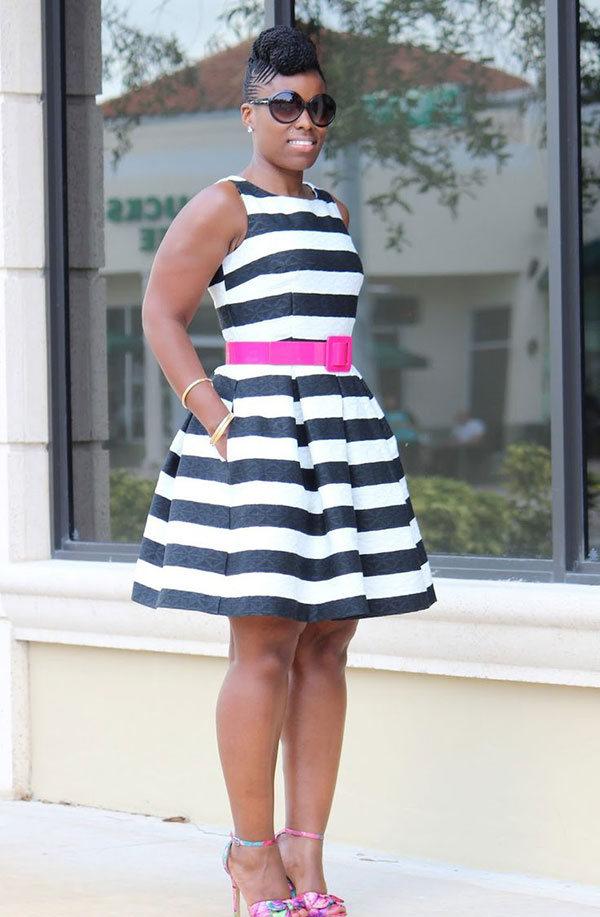 vestido listrado com cinto rosa