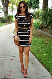 vestido listrado com acessórios marrom