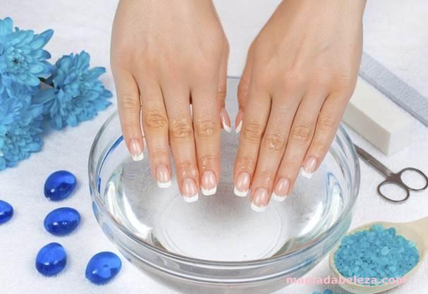 secando as unhas na bacia com gelo