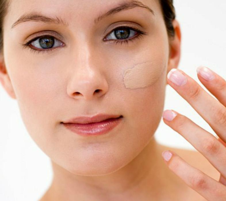 aplicando base na pele